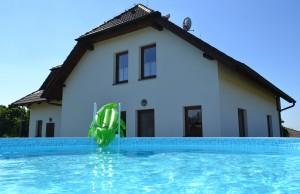 Bazén v zadní a klidné části domu